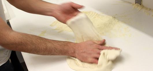 Preparazione dell'impasto della pizza