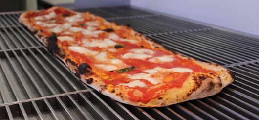 Pizza a metro con pomodoro, mozzarella di bufala, basilico e olio d'oliva