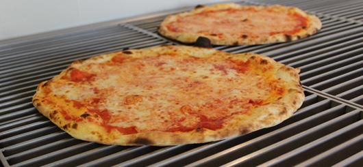 Due pizze pronte per essere inscatolate