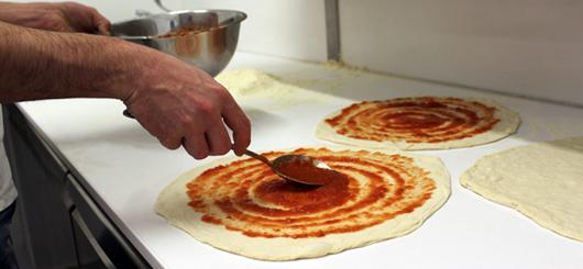 Stesura del pomodoro sulla pizza